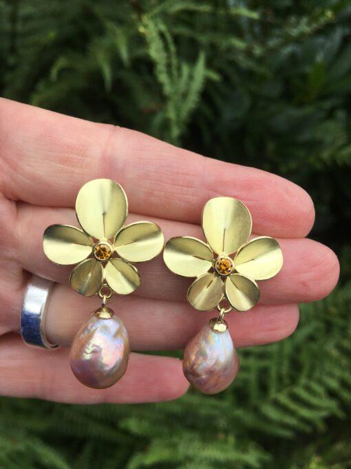 46 - Oorbellen Orchidee met roze barokparels en cognac kleurige diamanten (unicum)