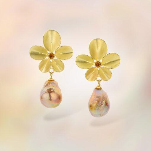 Nicoline van Boven Oorbellen Orchidee met roze barokparels en cognac kleurige diamanten (unicum)