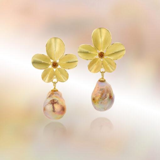 46 - Oorbellen Orchidee met roze barokparels en cognac kleurige diamanten (unicum) Nicoline van Boven