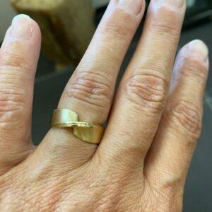 Nicoline van Boven Dubbele Mobius ring uit oud goud