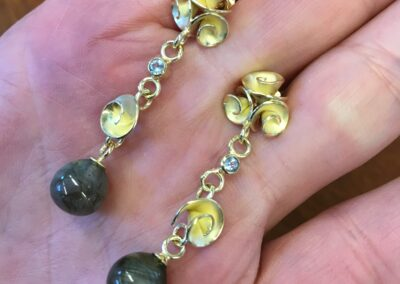Roosjes oorbellen in 18 k goud Nicoline van Boven