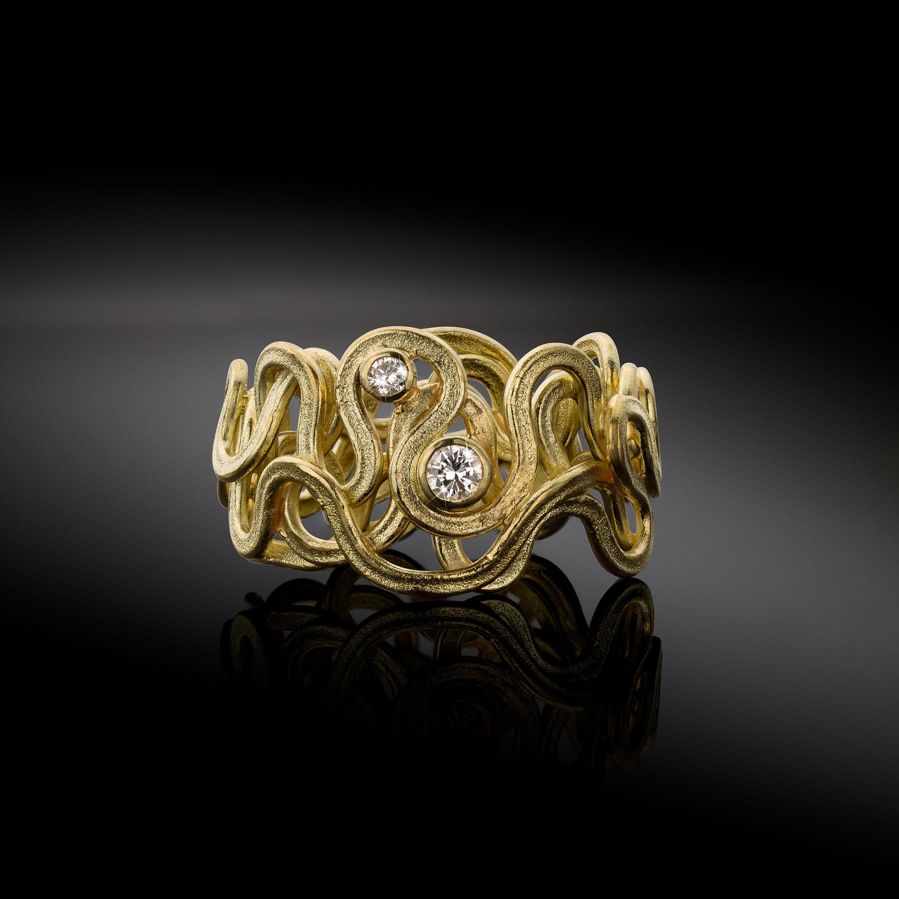 Zee ring uit oud goud met diamant Nicopline van Boven