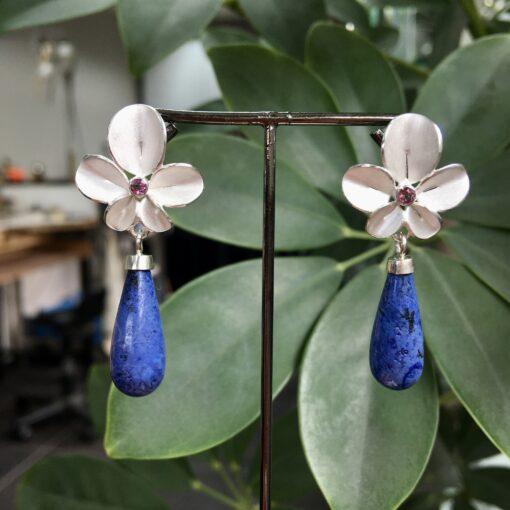 Oorbellen Orchidee zilver met roze toermalijn en dumortiriet (unicum) Nicoline van Boven