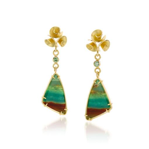 Roosjes oorbellen in 18 k goud met geopaliseerd hout en diamant, Nicoline van Boven