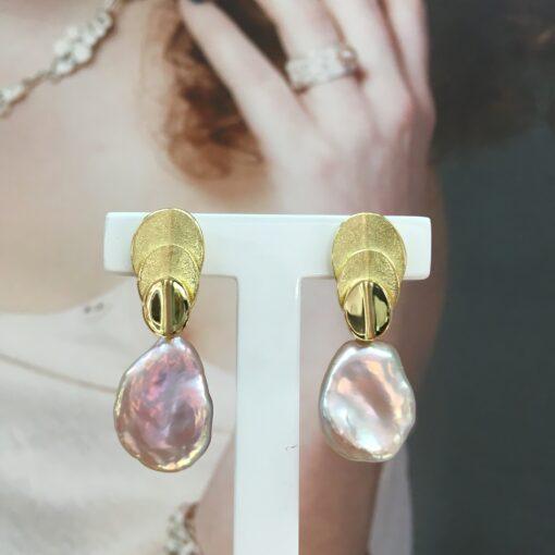 Laurus Nobilis 18 k gouden oorbellen met Keshi parels Nicoline van Boven