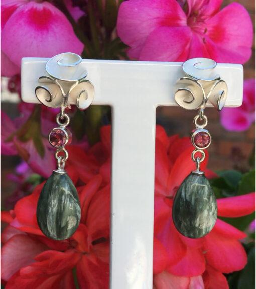 Roosjes oorbellen zilver met roze toermalijn en seraphinite (unicum), Nicoline van Boven
