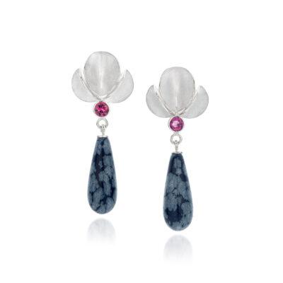 Oorbellen Orchidee zilver met roze toermalijn en sneeuwvlok obsidiaan (unicum) Nicoline van Boven