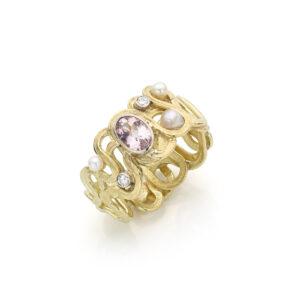 Zeering uit oud goud met eigen parels en diamanten